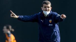 Javi Gacia durante un entrenamiento con el Valencia.