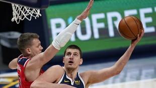 Nikola Jokic trata de hacer un gancho en el partido ante los Nuggets.