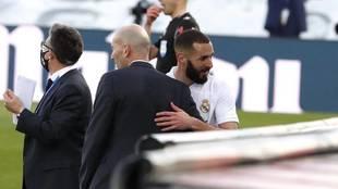 Zidane sustituye a Benzema en un partido con el Real Madrid.
