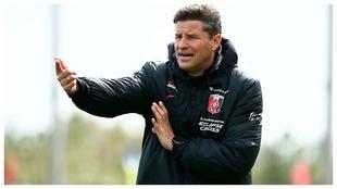 Ricardo Rodríguez da indicaciones en un entrenamiento.