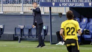 Ziganda da instrucciones a Blanco Leschuk durante el partido en La...