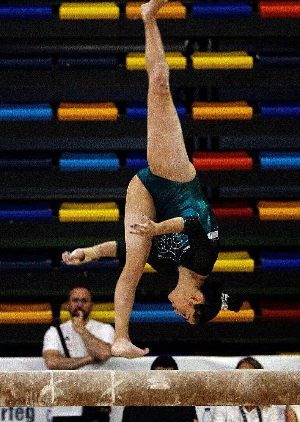 La gimnasta, en un ejercicio en la barra de equilibrios