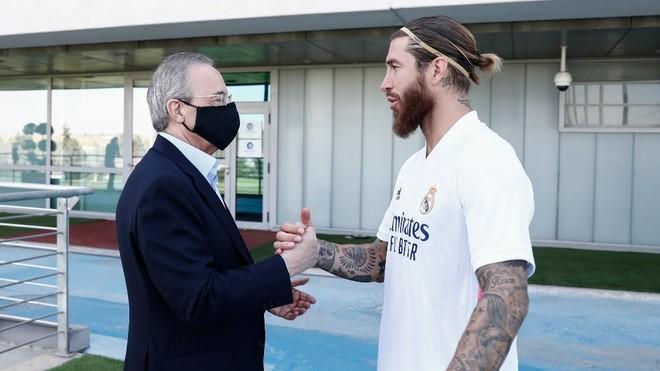 Florentino Pérez y Sergio Ramos se saludan en Valdebebas