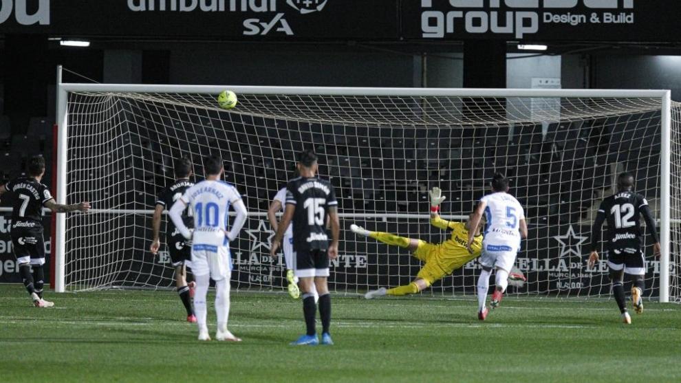 Rubén Castro, en el momento de lanzar y fallar el penalti