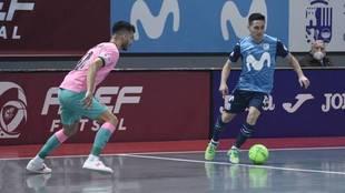 Borja conduce el balón ante la presencia de Esquerdinha.