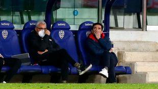 Marcelino, sentado en el banquillo al lado de Rubén Uría.