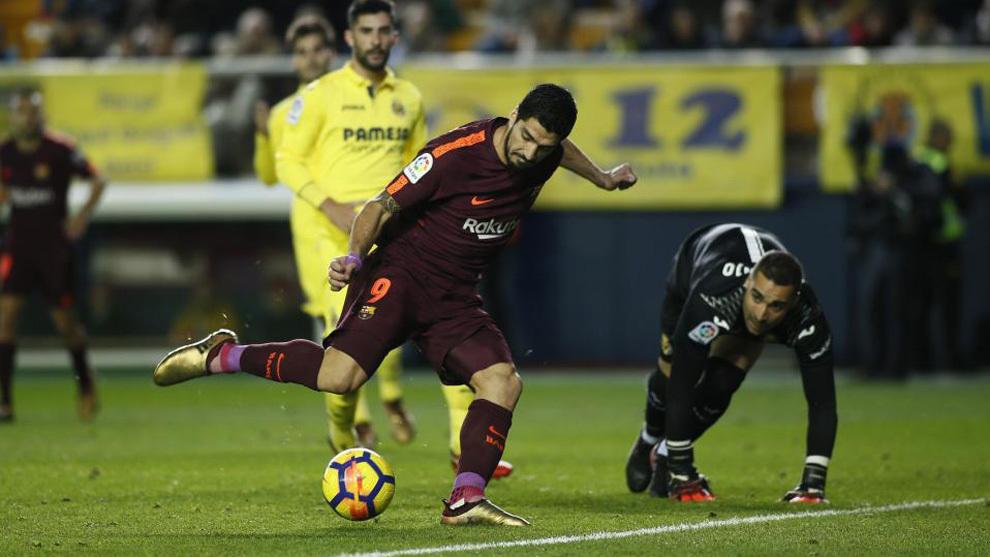 Luis Suárez marca un gol ante el Villarreal en la temporada 2017 -...