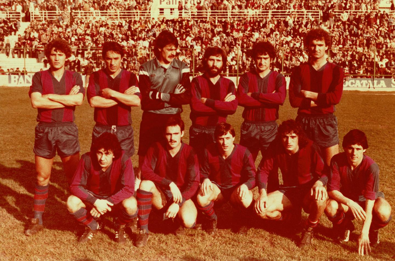 Johan Cruyff forma en el primer once con el Levante en marzo de 1981.