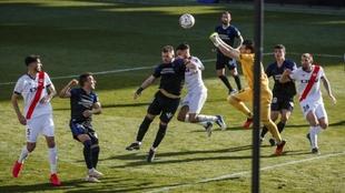 Dimitrievski saca puños para despejar el balón ante la presencia...
