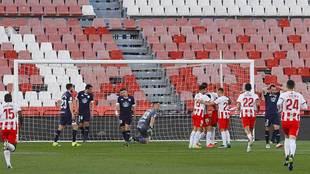 Umar Sadiq celebra con sus compañeros el primer gol del Almería /