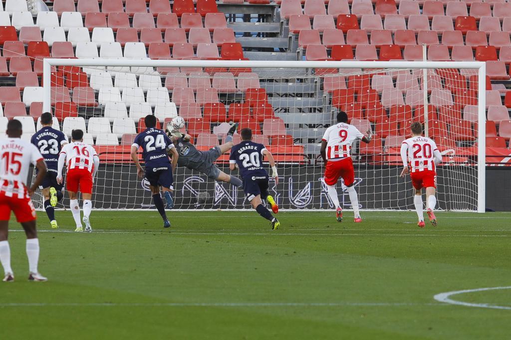 Ander Cantero despeja el penalti de Sadiq... que marcó en el rechace...