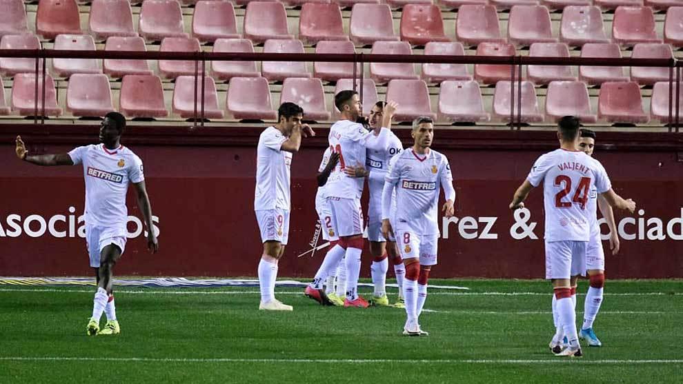 Los jugadores del Mallorca celebran el gol de Antonio Sánchez en Las...