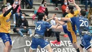 Un momento del partido entre el Cangas y el Villa de Aranda /