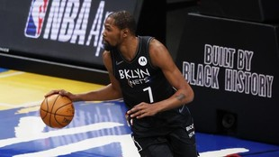 Kevin Durant inicia una jugada en un partido de los Nets.