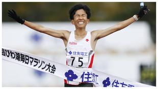 Kengo Suzuki cruzando la línea de meta.