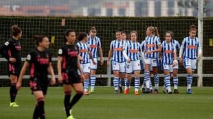 Las jugadoras de la Real Sociedad se unen tras marcar un gol al Real...