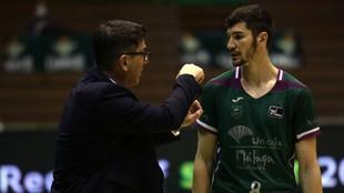 Darío Brizuela atiende a las instrucciones de Fotis Katsikaris.