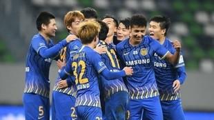 Los jugadores del Jiangsu FC celebran un gol.