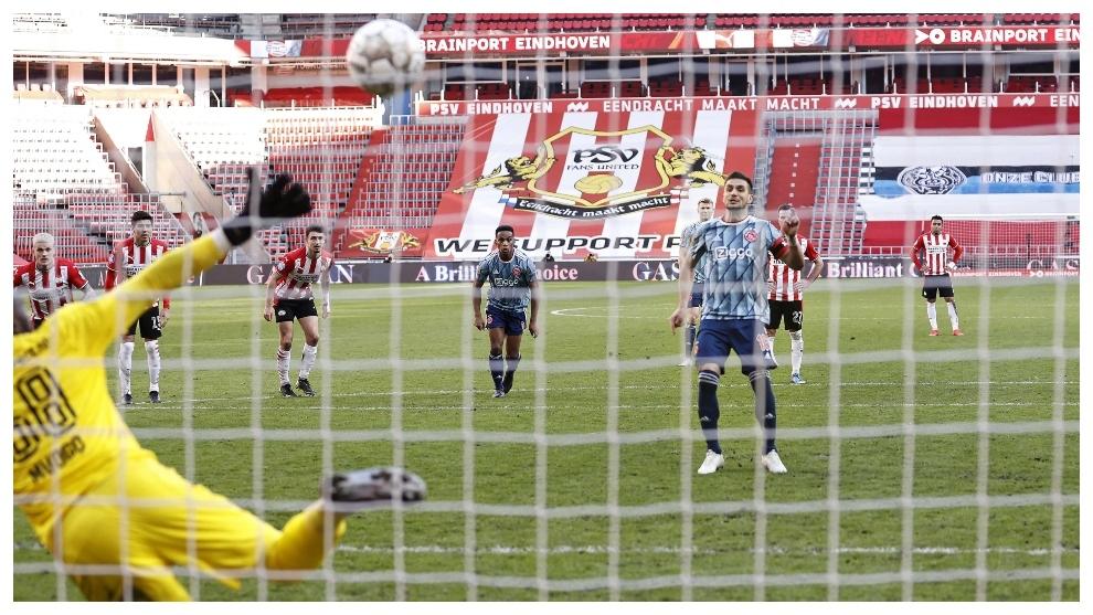 Dusan Tadic marca de penalti para el Ajax contra el PSV.