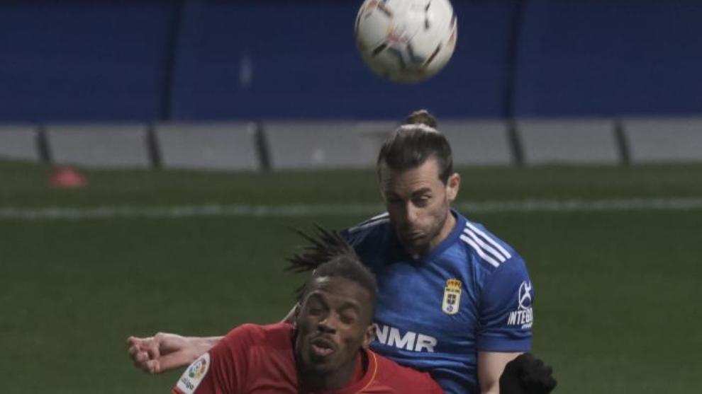 Rodri Ríos cabecea el balón ante Jair