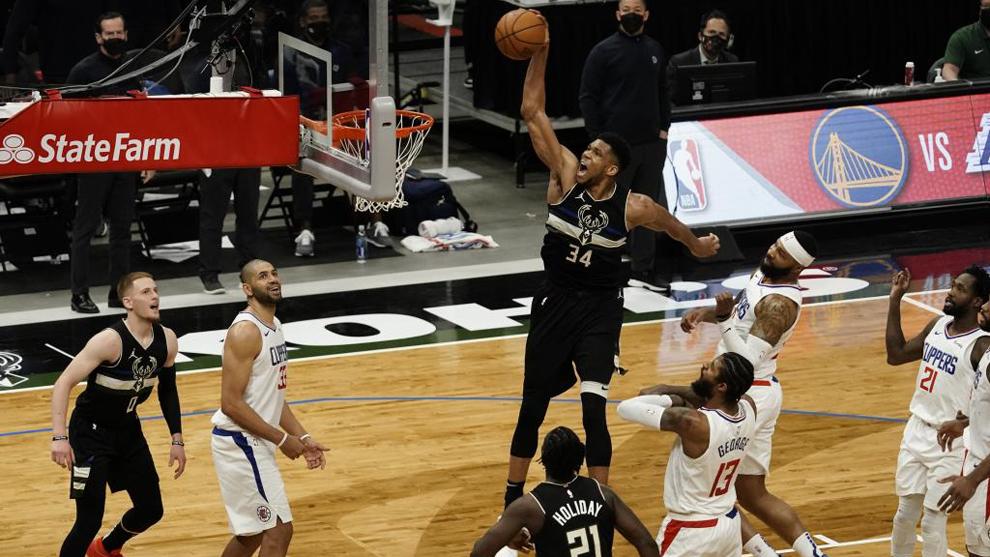 Giannis Antetokounmpo machaca el aro de los Clippers en su último...