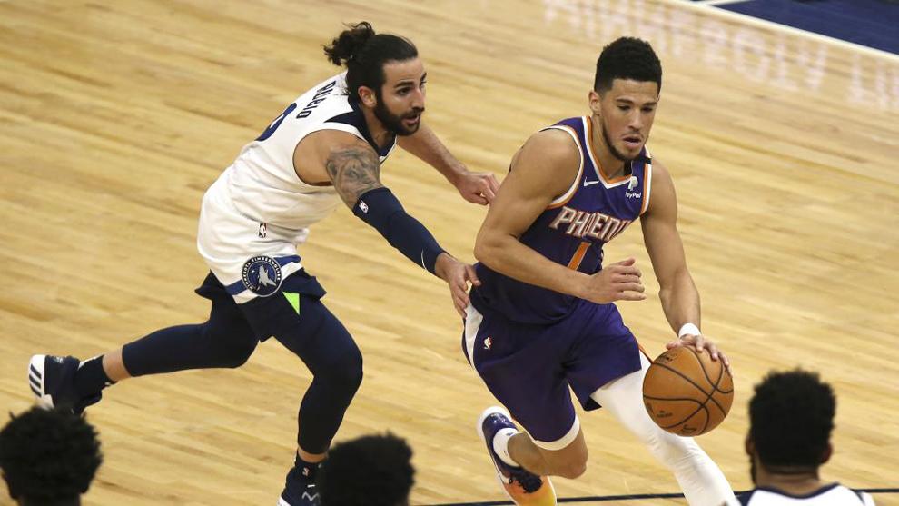 Ricky Rubio, de los Minnesota Timberwolves, intenta frenar la entrada...