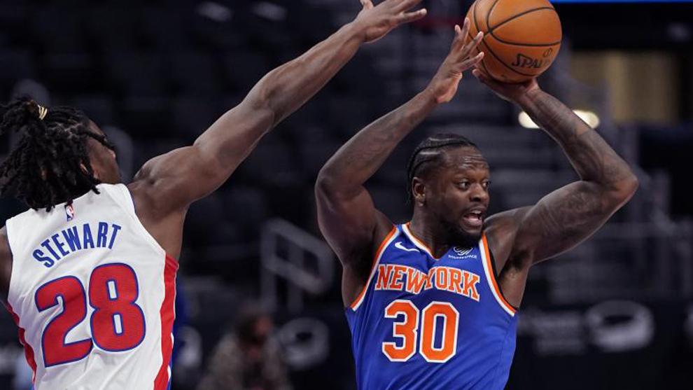 Julius Randle, jugador de los New York Knicks, trata de pasar a un...