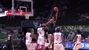 Giannis Antetokounmpo machaca el aro de los Clippers en el último...