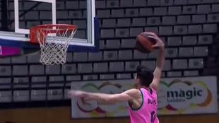 Leo Bolmaro machaca el aro del Joventut