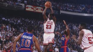 Michael Jordan lanza ante la presencia de Joe Dumars