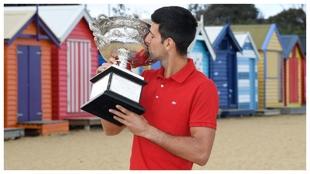 Djokovic, con la Norman Brookes Challenge Cup de Australia