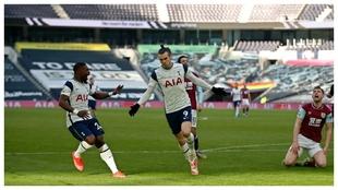 Gareth Bale celebra el primero de sus goles contra el Burnley.