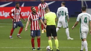 La sorprendente cantidad de amarillas que preocupa en el Atlético de cara al derbi