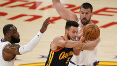 LeBron James y Marc Gasol, de los Lakers, intentan frenar a Stephen...