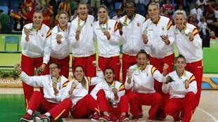 Las jugadoras de la selección española, con la medalla de plata de...