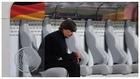 Joachim Löw, con gesto resignado, tras medirse a España en el primer...
