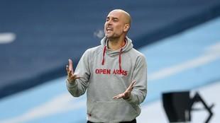 Pep Guardiola dando instrucciones durante un partido del City esta...