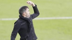 Coudet dando instrucciones durante un partido del Celta esta...