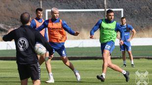 Bruno Wilson, con el pelo blanco, junto a Zarfino en el entrenamiento...