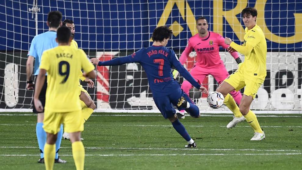 Joao Félix golpeando a puerta para anotar frente al Villarreal.
