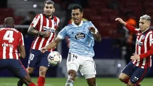 Renato Tapia, durante el Atlético-Celta disputado en el Wanda...