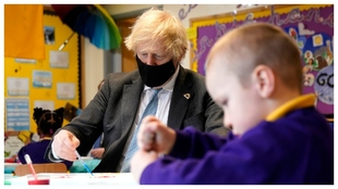 Boris Johnson, de visita a un colegio.