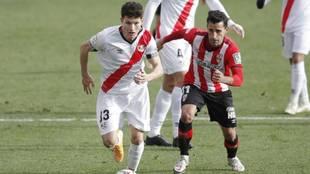 Fran García conduce un balón ante la UD Logroñés.