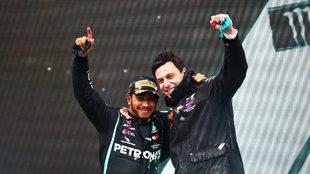 Lewis Hamilton y Toto Wolff festejan en el podio.