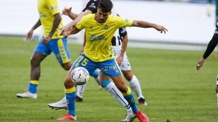 Fabio, con el balón, durante un partido de Las Palmas