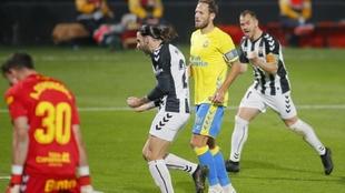 Marc Meteu celebra su gol a la UD ante Castellano y Domínguez