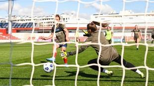 Amanda Sampedro marca un gol durante un entrenamiento en Alcalá de...