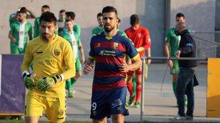 Sascha Andreu (35) antes del inicio de un partido. A la izq., Marcos...