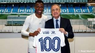 Vinícius posa con la camiseta por 100 partidos en el Real Madrid con...