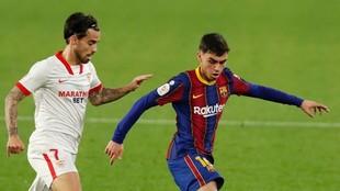 Suso y Pedri en el duelo entre Sevilla y Barcelona.